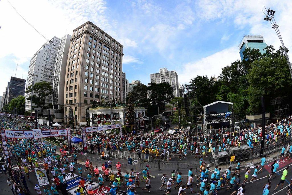 Atletas durante largada do pelotão masculino da 90º Corrida Internacional de São Silvestre 2014 na Avenida Paulista, em São Paulo - 31/12/2014 - Foto: Djalma Vassão/Gazeta Press